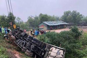 Quảng Trị: Xe tải lao xuống khe nước, 3 người mắc kẹt trong cabin thương vong