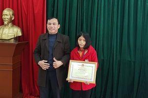 Bộ GD và ĐT khen thưởng tấm lòng thơm thảo của em học sinh lớp 8