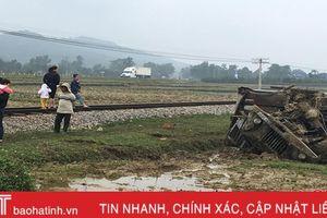 Xe tải băng qua đường sắt, bị tàu hỏa đâm bay xuống ruộng