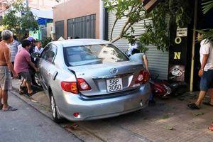 Nữ tài xế tông hàng loạt xe máy khi lùi ô tô