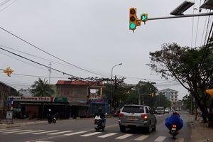 Đưa cụm đèn giao thông đầu tiên tại 'phố núi' vào hoạt động