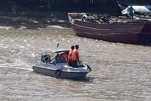 Chìm sà lan trên sông Tiền, 3 người mất tích