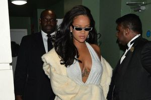 Váy xẻ ngực táo bạo của Rihanna vào nhóm đẹp nhất tuần