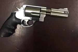 Hà Nội: 9X táo tợn mang súng dạo phố và cái kết