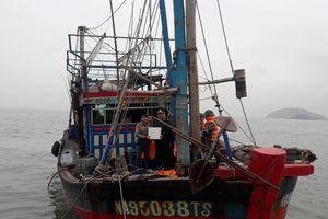 Tàu cá gặp nạn trên biển, 7 thuyền viên được đưa vào bờ an toàn