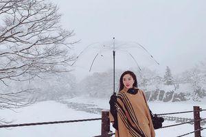 Giới trẻ say sưa tạo dáng với tuyết ở làng cổ tích Nhật Bản