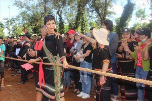Hoa hậu H'Hen Niê bình dị trong ngày trở về buôn làng Tây Nguyên