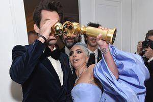 'Ẵm' Quả cầu vàng 2019, Lady Gaga ăn mừng bá đạo ở hậu trường