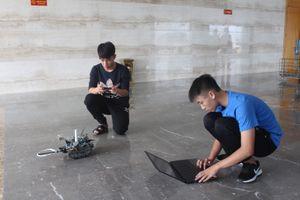 Hai nam sinh đất mỏ chế tạo robot dò mìn