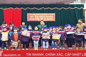 Tặng 200 áo ấm cho học sinh nghèo vùng biên Hương Sơn
