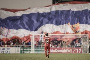 Thái Lan thảm bại, 'Messi Thái' có giỏi hơn Quang Hải?