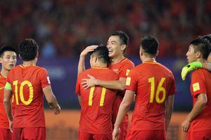 Thủ môn Kyrgyzstan đẩy bóng vào gôn, Trung Quốc may mắn thắng ngược trận ra quân