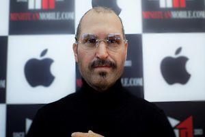 Cửa hàng điện thoại chi trăm triệu mang tượng Steve Jobs về VN