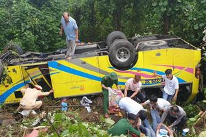 Xe khách rơi trên đèo Hải Vân