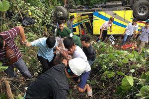Xe chở hàng chục sinh viên rơi xuống vực sâu khi vượt đèo Hải Vân
