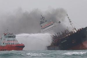 Tàu Việt Nam cháy dữ dội ở Hong Kong, người dân tưởng động đất