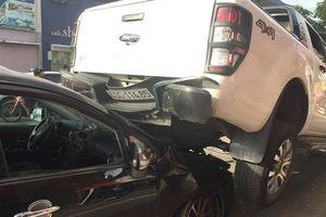 Ô tô bán tải chạy lùi tông liên hoàn, 'cưỡi' lên đầu xe 4 chỗ