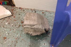 Cưỡng chế tháo dỡ tường bê tông rơi thủng mái nhà dân