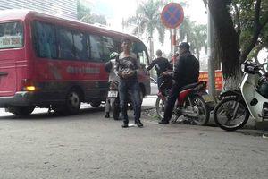 Nhức nhối xe khách 'rùa' gây ùn tắc đường phố Hà Nội