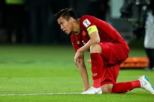 Quế Ngọc Hải gục xuống sau thất bại phút 90 ở Asian Cup
