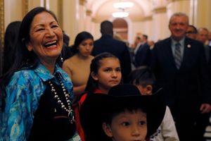 Bất ngờ vẻ giản dị của nữ nghị sĩ người Mỹ bản địa