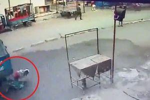 Clip: Bị xe rác cuốn vào gầm, người phụ nữ vẫn thoát chết thần kỳ