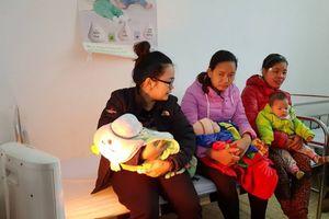 Hà Nội: Trạm y tế trang bị quạt sưởi ấm trẻ em khi tiêm chủng