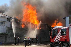 Cháy lớn thiêu rụi 2000 m2 nhà xưởng chứa mút xốp