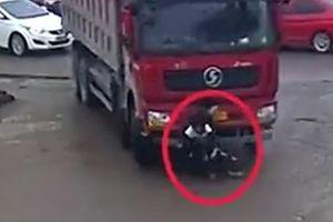 Hai cậu bé sống sót kỳ diệu sau khi bị xe tải kéo lê trên đường