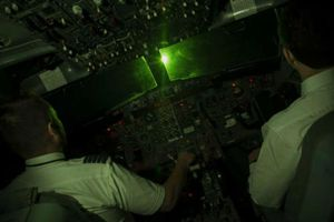 Chiếu tia laser vào máy bay sẽ bị phạt tới 40 triệu đồng