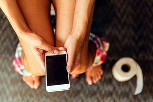 Thói quen dùng điện thoại khi đi vệ sinh dễ khiến 4 bộ phận này tổn hại