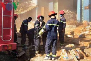 Khoảng 200 chiến sĩ tham gia dập cháy kho chứa nguyên liệu làm hương