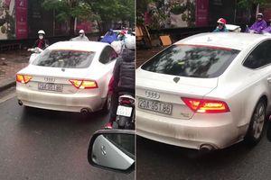 Clip: Xe sang Audi A7 lấn làn ngược chiều, bị ép lùi trên phố Hà Nội