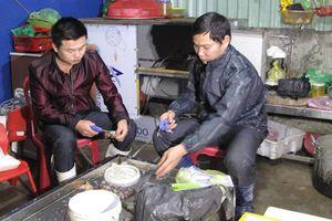 Cảnh sát đột kích cơ sở kinh doanh hải sản, bắt quả tang 3 người bơm tạp chất vào tôm