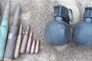 Bắt 2 kẻ chở gỗ lậu chống trả, khám nhà phát hiện nhiều vũ khí