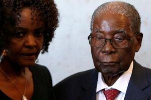Cựu Tổng thống Zimbabwe bị trộm 1 va li chứa đầy tiền