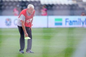 HLV Marcello Lippi xếp dụng cụ cho tuyển Trung Quốc tập luyện