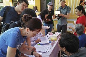 Khám sàng lọc bệnh miễn phí cho người dân Cù Lao Chàm