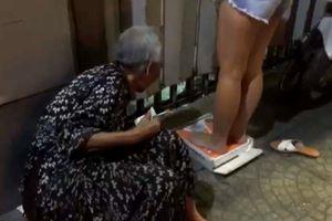Cụ bà 95 tuổi mưu sinh bằng chiếc cân, mỗi lần chỉ lấy 1-2 ngàn, không nhận tiền cho