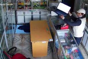 Trộm táo tợn vào cửa hàng cuỗm laptop khi chủ tiệm đang ngủ say