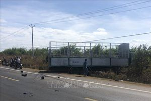 Xe tải bất ngờ chuyển hướng đâm trực diện xe máy, 3 cô cháu tử vong