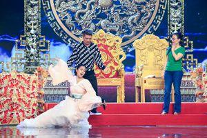 Hoa hậu Tiểu Vy 'nhập vai', rơi mic trên sân khấu Táo Quân