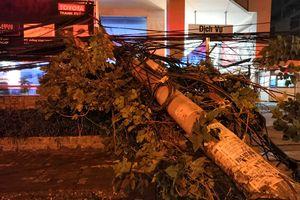 Xe bồn chở xăng kéo đổ 4 cột điện khiến nhiều nhà dân mất điện