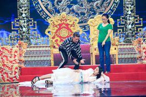 Hoa hậu Tiểu Vy gây choáng trên sân khấu Táo Quân 2019