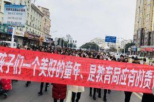 Nghi vaccine hết hạn, hàng trăm phụ huynh Trung Quốc biểu tình