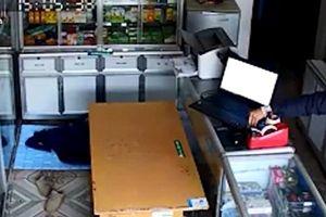 Clip: Ngủ say, chủ tiệm thuốc bị trộm vào tận cửa hàng 'cuỗm' laptop
