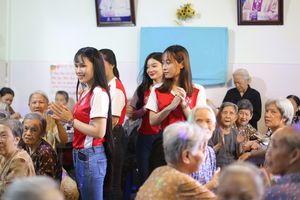 Những nữ sinh đẹp nhất Miss UEF 2019 giản dị với áo phông, quần jean đến thăm 130 cụ già neo đơn
