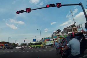 Ô tô liên tục bóp còi đòi vượt đèn đỏ, thanh niên đi xe máy 'nóng mặt' nhảy xuống đường 'dạy dỗ'