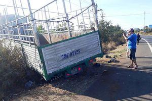 Xe tải gãy trục lao vào xe máy, đâm 3 chị em gái tử vong