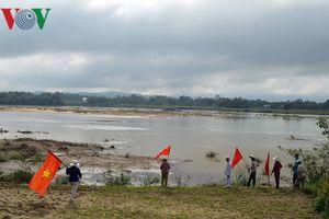 Người dân phản đối chính quyền bắt tay với doanh nghiệp lấy cát đi bán